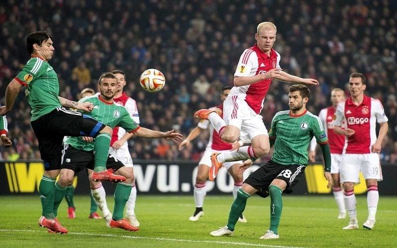 Piłkarze Legii i Ajaxu walczą o piłkę w polu karnym