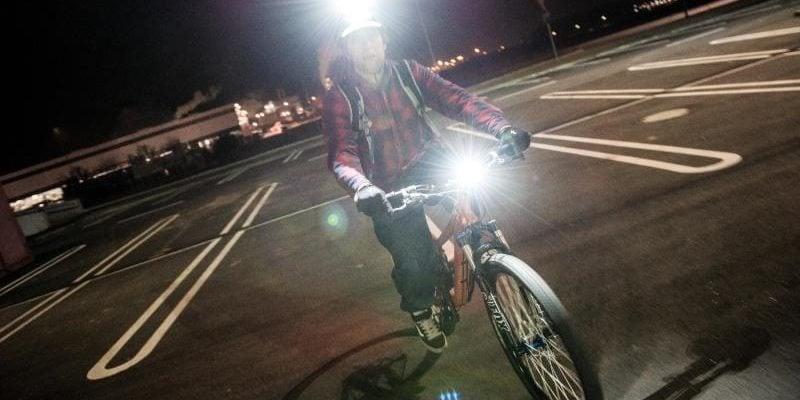 Jak dobrać i ustawić lampkę rowerową